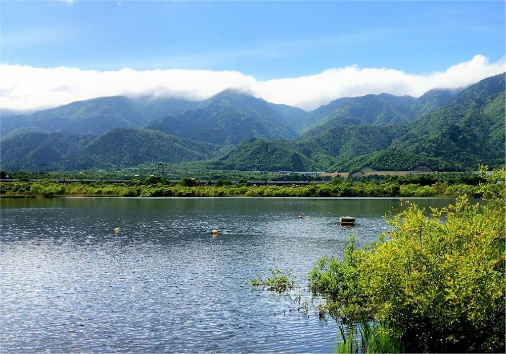 湖から見える関西アルプスの絶景